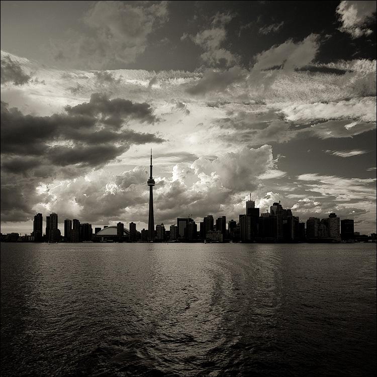 dark city || Canon5D/EF17-40L | 1/80s | f8 | ISO200 | handheld