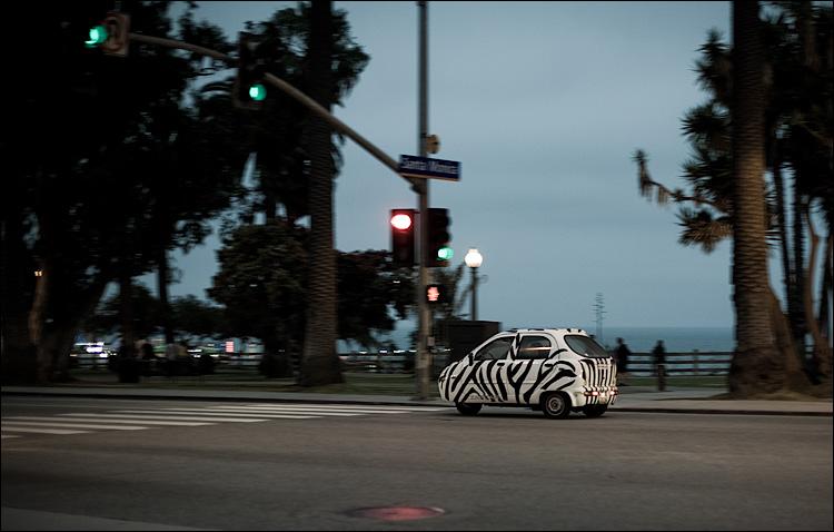 zebra car || Canon5D/EF50f1.4 | 1/80s | f1.8 | ISO400 | Handheld