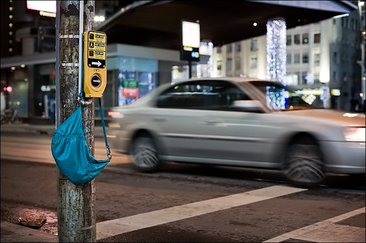 blue purse || Canon5D/EF50mmf1.4 | 1/40s | f2.8 | ISO400 | Handheld