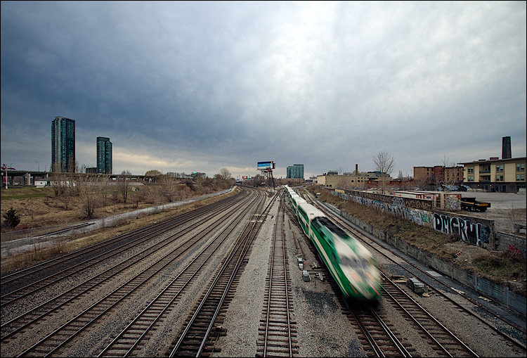 train and rails || Canon5D2/EF17-40L@17 | 1/8s | f8 | ISO50
