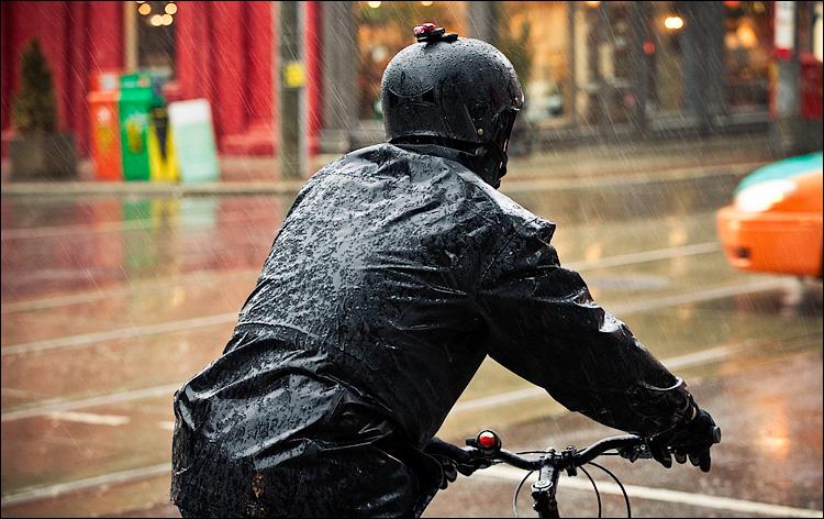 biker in rain || Canon5D2/EF70-200f4L@98 | 1/125s | f5 | ISO1600