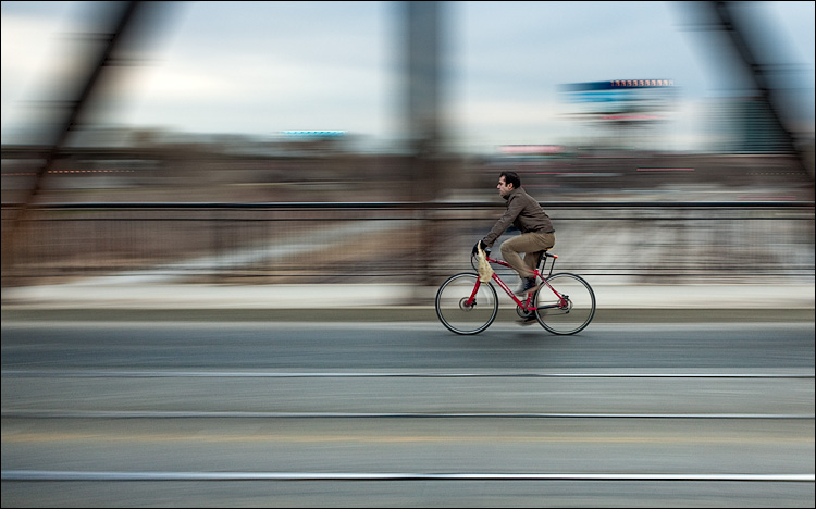 biker on bridge || Canon5D2/EF17-40L@40 | 1/10s | f8 | ISO200