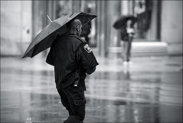 rain walker || Canon5D2/EF70-200f4L@200 | 1/200s | f4 | ISO800