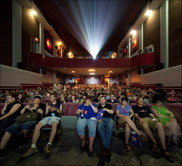 movie crowd || Canon5D2/Sigma12-24@12 | 3s | f7.1 | ISO1600