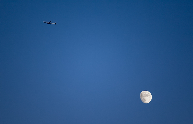 moon and the plane || Canon5D2/EF70-200f4L@200 | 1/500s | f4 | ISO400