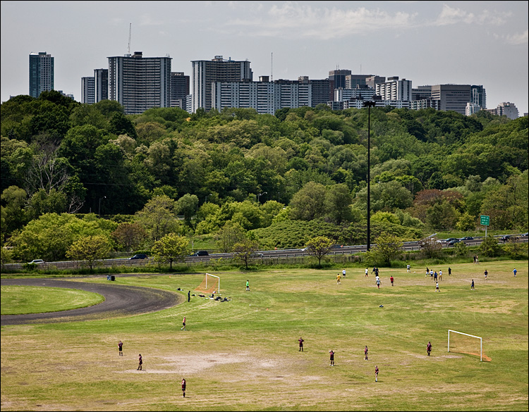 soccer and the city || Canon5D2/EF24-105L@73 | 1/200s | f7.1 | ISO400
