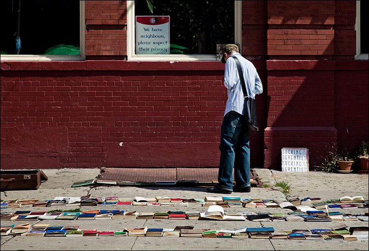 book walker || Canon5D2/EF24-105f4L@97 | 1/320s | f8 | ISO100