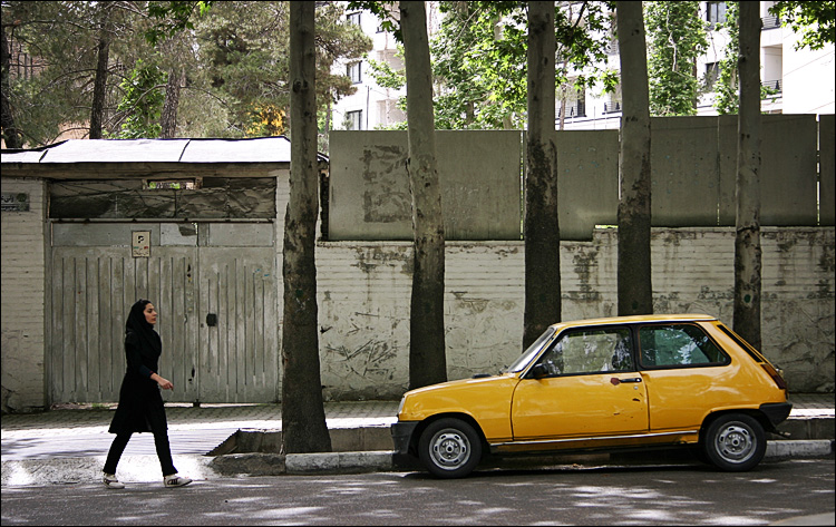 girl and yellow renault || Canon300D/EF-S18-55@55 | 1/80s | f.3 | ISO100