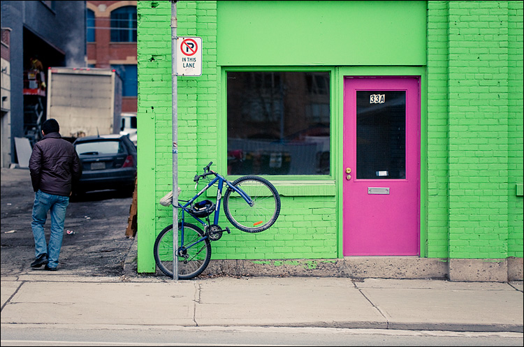 bike and the pink door || Canon5D2/EF100f2.8L | 1/1600s | f2.8 | ISO800