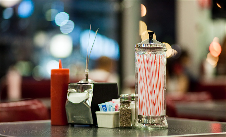 red and white straws || Canon5D2/EF85f1.8 | 1/320s | f1.8 | ISO1600