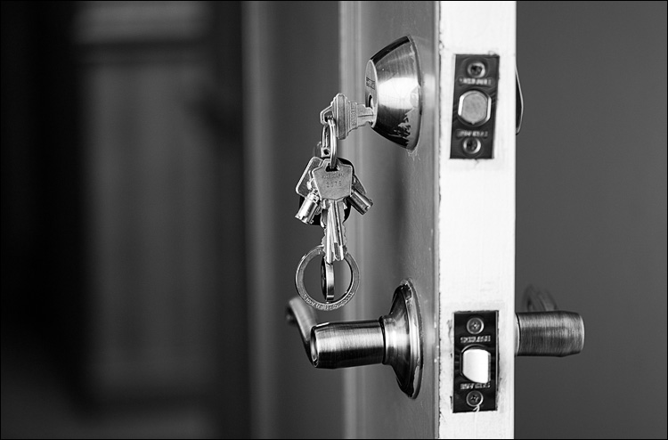 keys left on door || Canon 5D2/EF100f2.8 | 1/15s | f2.8 | ISO200