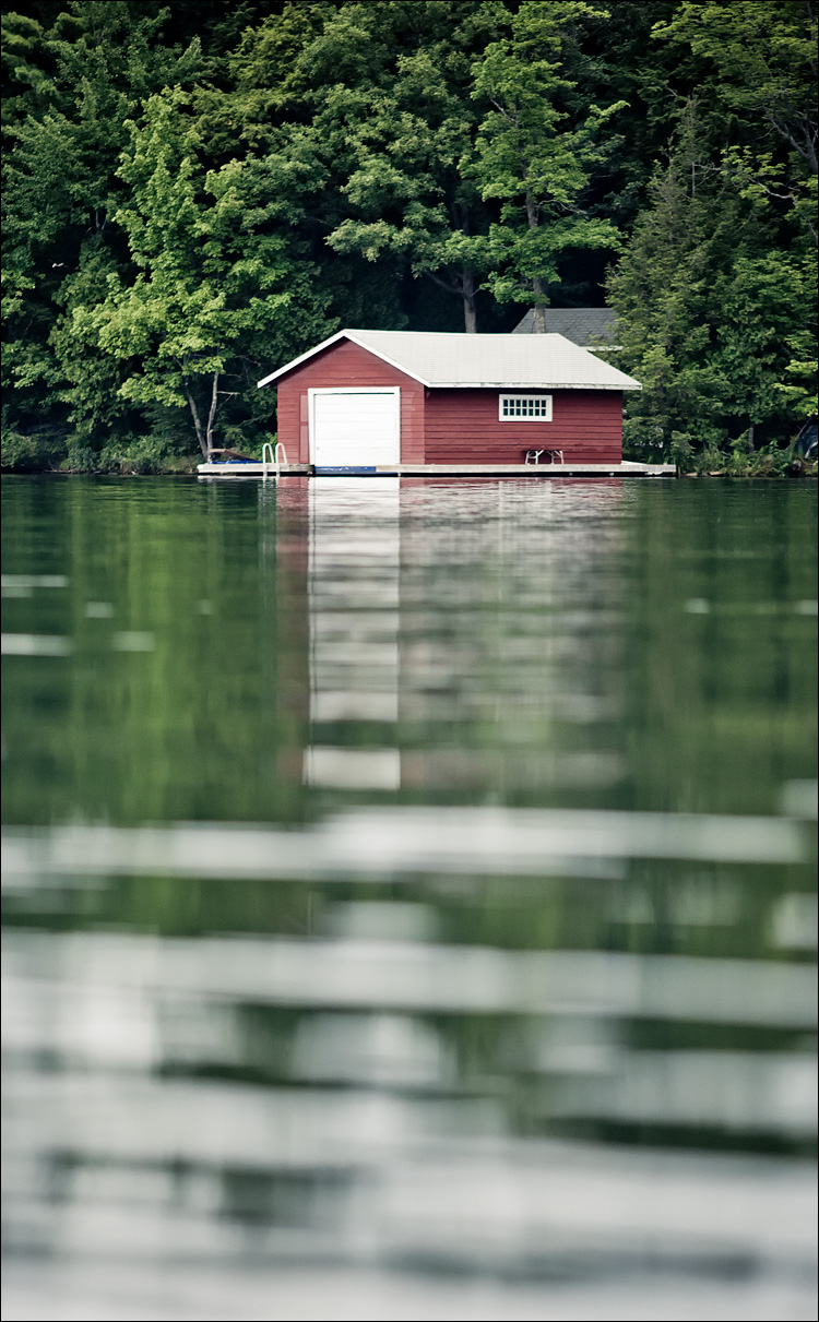 cabin on water || Canon 5D2/EF200f2.8L | 1/800s | f2.8 | ISO800