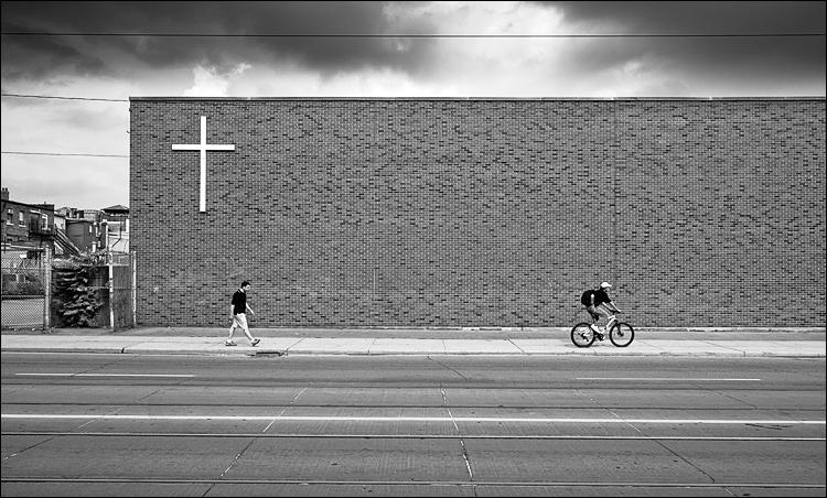 white cross and men in black || Panasonic GF1/Vario7-14@13 | 1/250s | f6.3 | ISO100