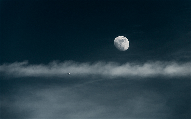 moon, plane and chemtrails || Panasonic GF1/Vario14-140@140 | 1/500s  | f5.8 | ISO100