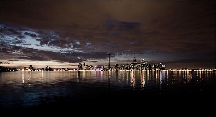 dark city || Canon5D/EF17-40L@17 | 1/2s | f4 | ISO800