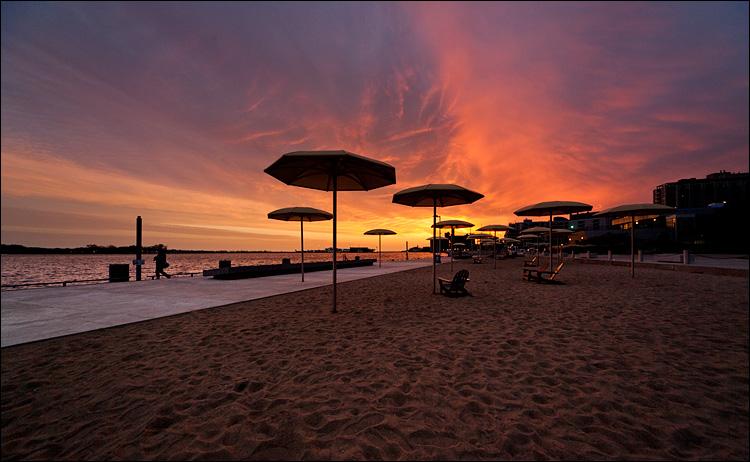 umbrella beach || Canon5D2/Sigma12-24@12 | 1/60s | f6.3 | ISO400