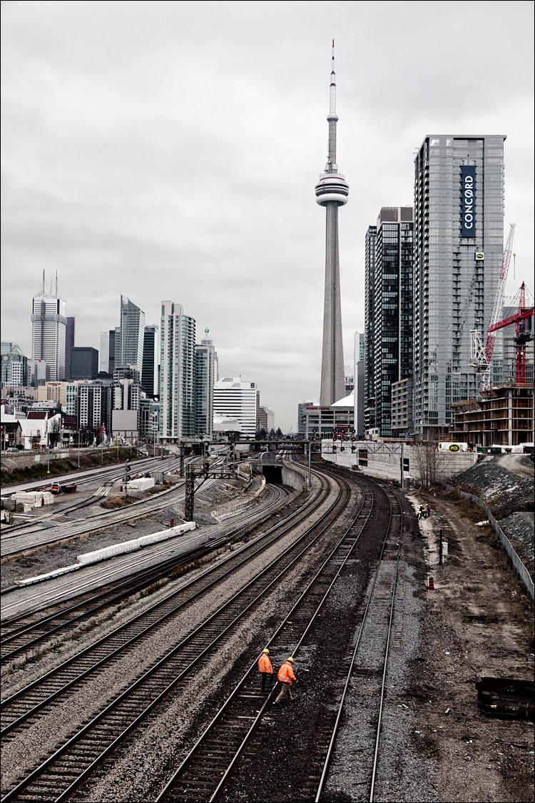 workers and the city || Canon5D2/EF24-105L | 1/100s | f8 | ISO100