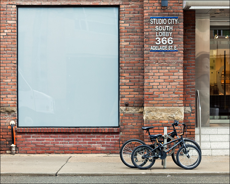 white box and bikes || Canon5D2/EF100f2.8L | 1/50s | f2.8 | ISO400