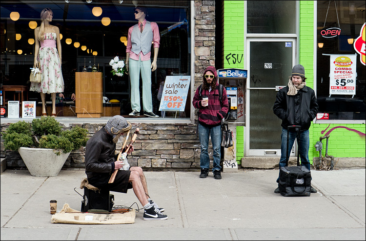 Four onlookers || Panasonic GH2/Vario14-140@41 | 1/250s | f7.1 | ISO160