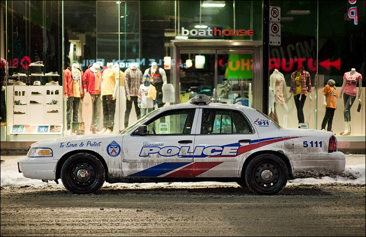 Mannequins and Police || Canon5D2/EF85f1.8 | 1/160s | f1.8 | ISO1600