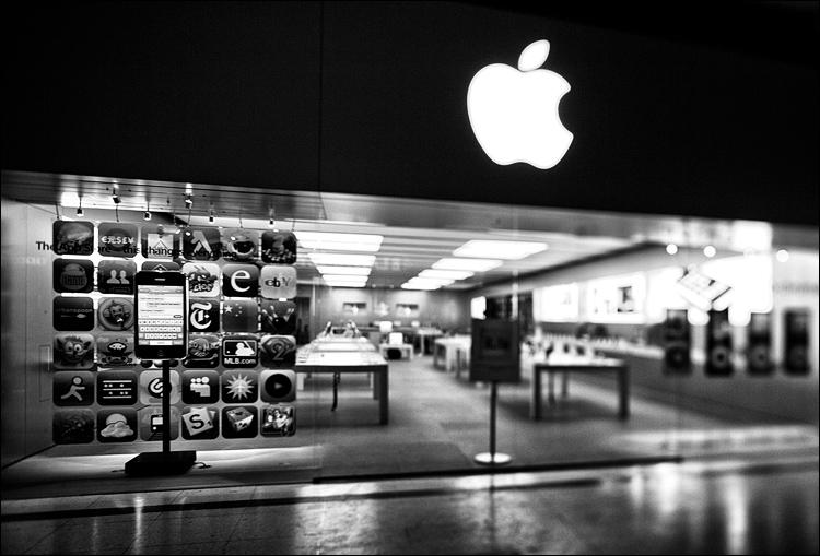 Empty Apple || Canon5D2/TS-E24mm | 1/125s | f6.3 | ISO800