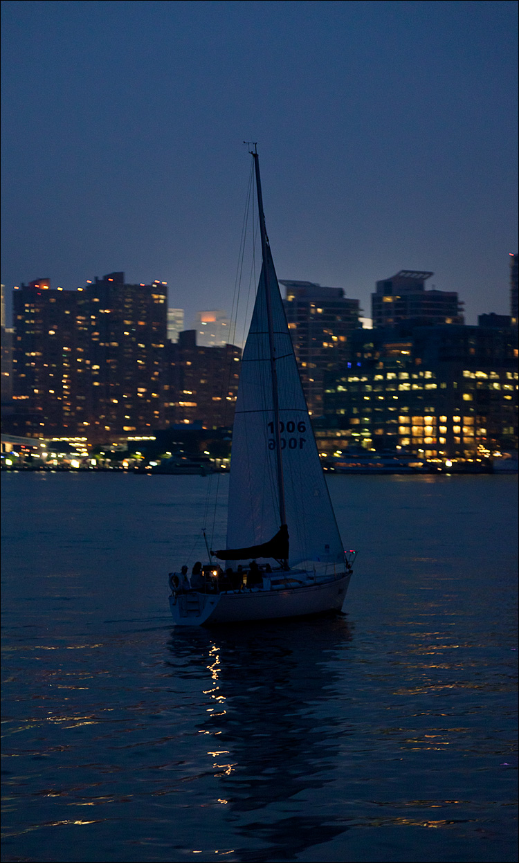 Night Boat || Canon5D2/EF24-105f4L@102 | 1/20s | f4 | ISO1600