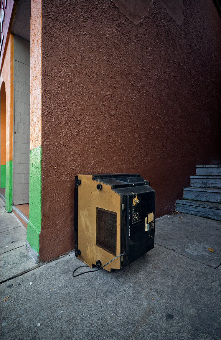 Sidewalk TV || Panasonic GH2/Lumix 7-14@7 | 1/80s | f4 | ISO160