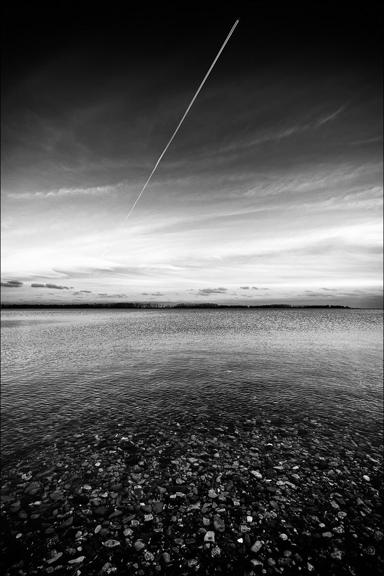 Contrail and Water || Panasonic GX1/Lumix 7-14@7 | 1/60s | f4 | ISO160