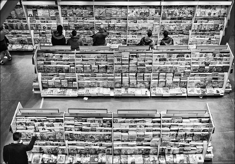 Magazines and People || Panasonic GX1/Pana20f1.7 | 1/80s | f1.7 | ISO160