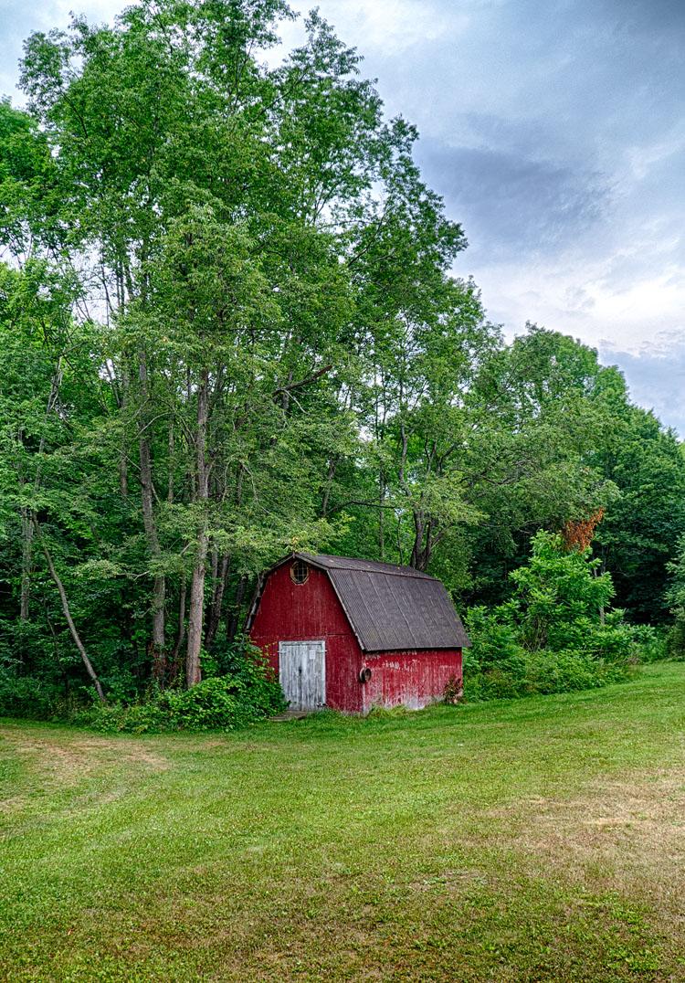 Barn in Green || Panasonic GX1/Lumix7-14@14