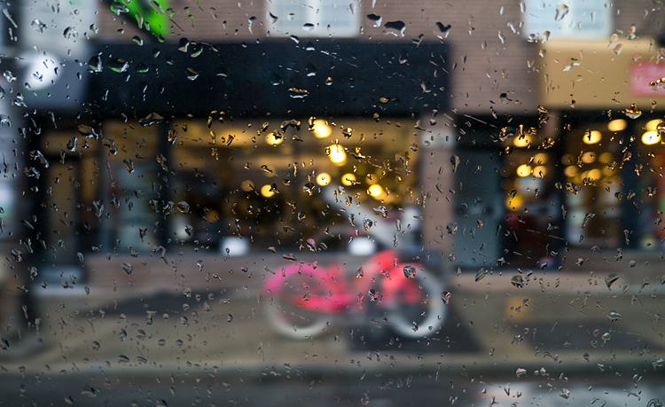 Pink Bike and Rain || Panasonic GX1/Lumix12-35f2.8 | 1/80s | f2.8 | ISO160