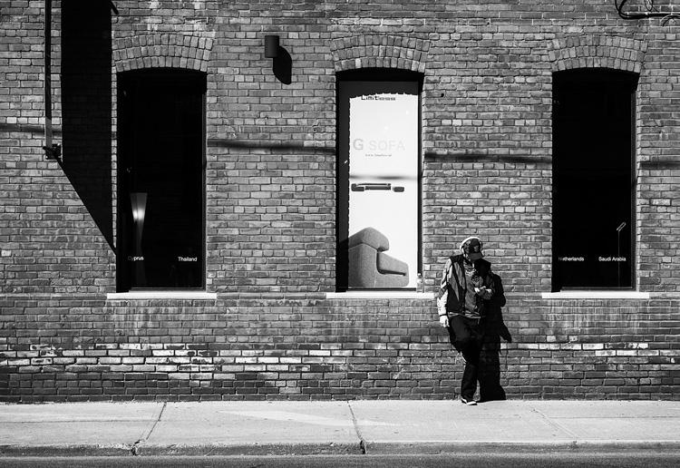 man-cap_black-red_brick-wall_windows_01.jpg