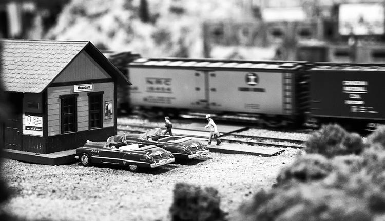 Men and Train || Panasonic GH3/Lumix12-35@35 | 1/80s | f2.8 | ISO3200