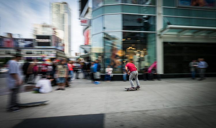 skateboarder_dundas-yonge_panning_01.jpg