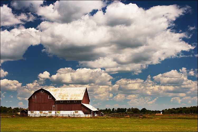 barn and the clouds || canon 350d/ef17-40L@40 | 1/200s | f8 | iso100 | handheld