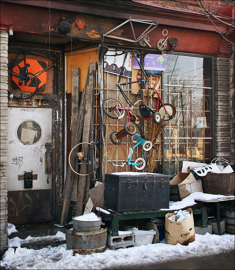 torture store || canon 300d/ef-s 18-55 | 1/25s | f7.1 | ISO 200 | handheld