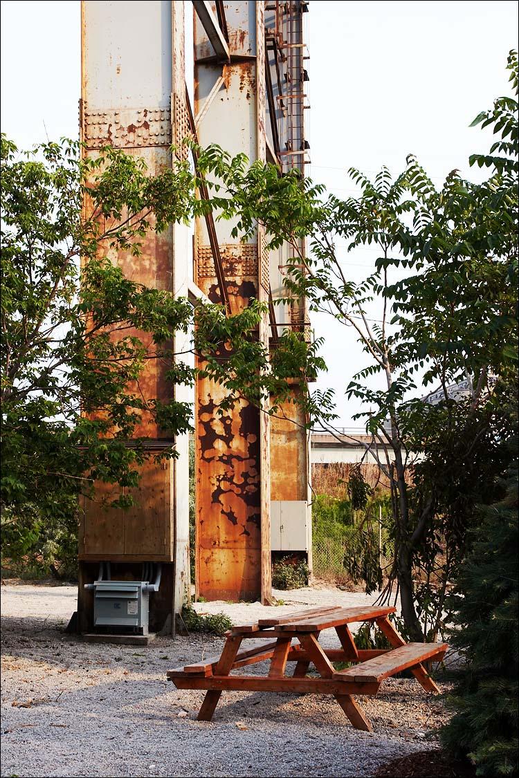metal pillars, wooden bench || canon 350d/ef17-40L | 1/125s | f8 | iso100 | handheld