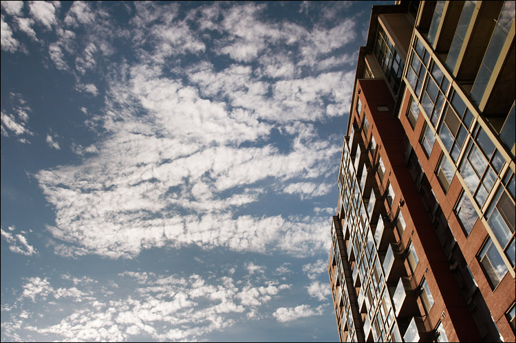 flat clouds || canon 350d/ef17-40L@17 | 1/200s | f9 | iso200 | handheld
