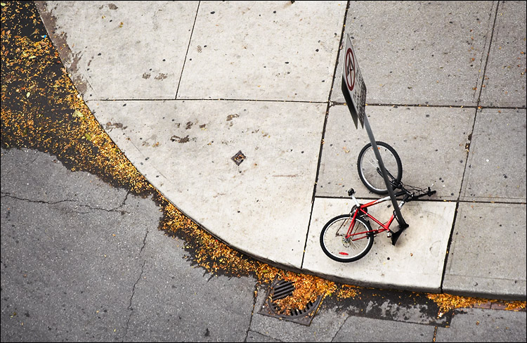 bike fall || canon350d/ef70-200Lf4@200 | 1/200s | f4 | iso200 | handheld