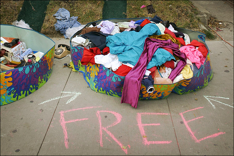 free clothes || canon 300d/kit lens | 1/100s | f5.6 | ISO 200