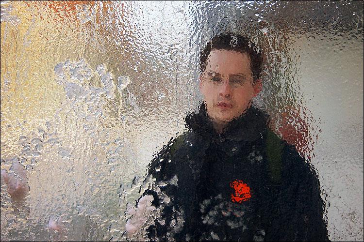 joe through glass || canon 300d/kit lens | 1/60s | f5.6 | ISO 200