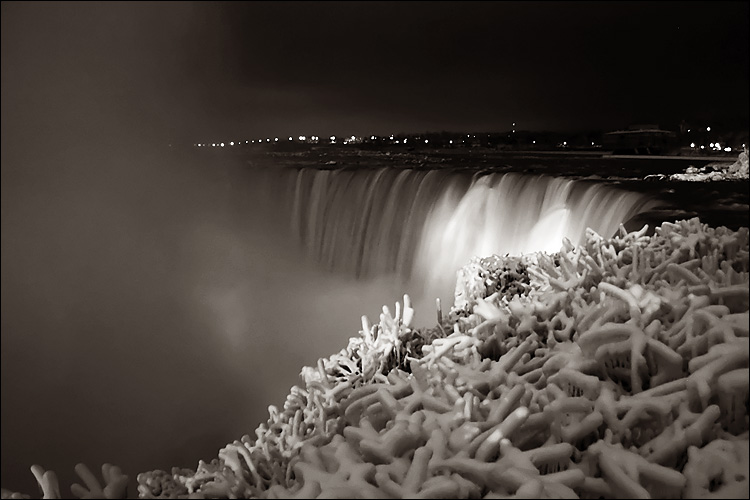 niagara falls at night || canon 300d/ef-s 18-55 | 1/2s | f3.5 | ISO 800 | handheld