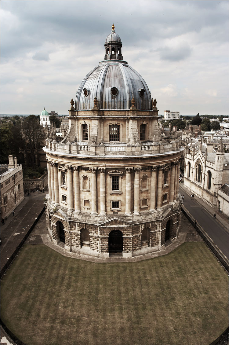 radcliffe camera || canon 350d/ef17-40@17 | 1/100s | f7.1 | iso100 | handheld