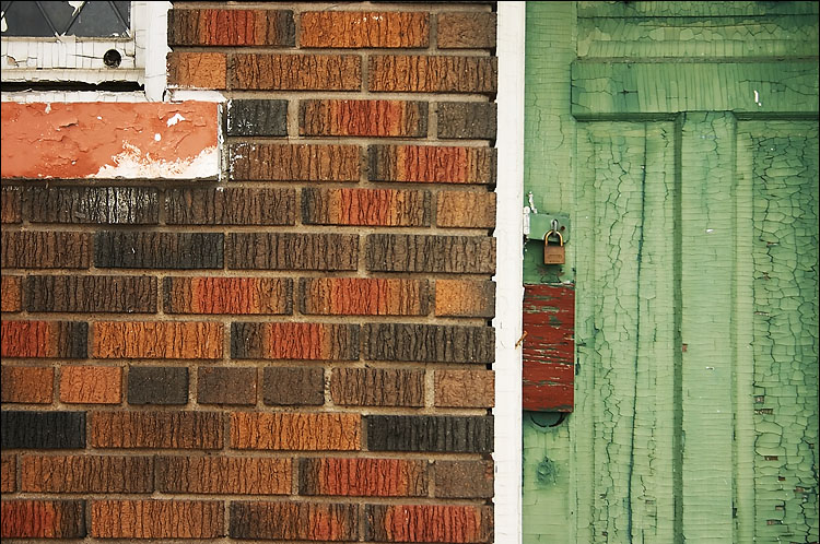 red bricks, green door || canon 300d/1/30s | f5.6 | ISO 200 | handheld