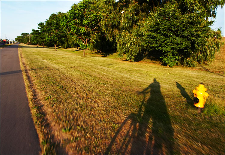 self shadow || canon 350d/ef17-40@17 | 1/60s | f5.6 | iso100 | handheld