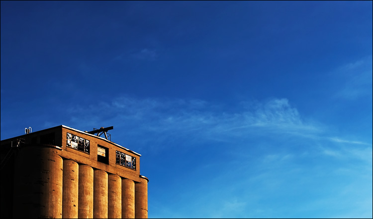 silo and broken windows | canon 350d/ef17-40@40 | 1/250s | f10 | iso100 | handheld