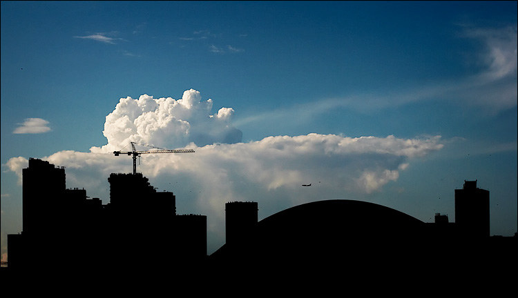 plane, crane and clouds || canon 350d/ef70-200Lf4@100 | 1/800s | f11 | iso400 | handheld