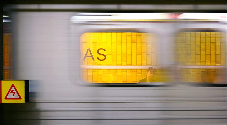 dundas subway || canon 300d/kit lens | 1/10s | f5.6 | ISO 400 | handheld