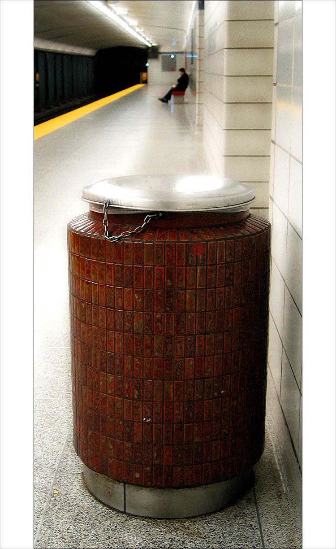 bin in bathurst || canon G3 | 1/8s | F2.2 | ISO100