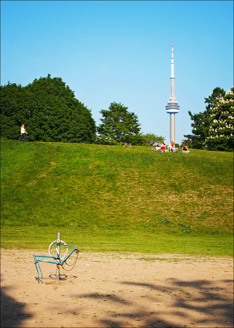 bikestand and cn tower || canon 350d/efs18-55@43 | 1/200s | f11 | iso200 | handheld